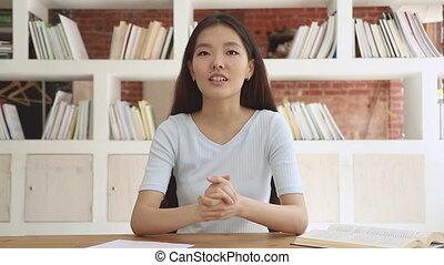 étudiant, vidéo, conversation, appareil photo, heureux, enregistrement, girl, asiatique, blog