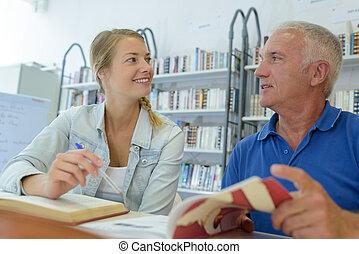 étudiants, bibliothèque, collège, deux, fonctionnement, mûrir, ordinateur portable