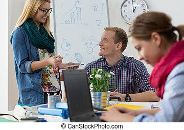 étudiants, bureau fonctionnant