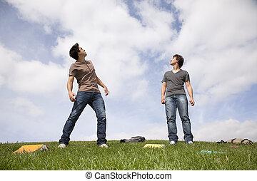 étudiants, ciel, haut, regarder, dehors, adolescent