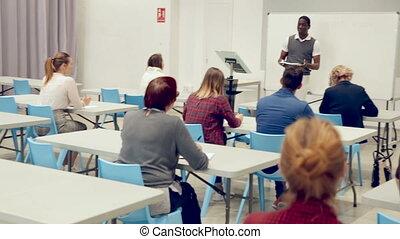 étudiants, conférence, homme africain, attentif, adulte, américain, auditorium