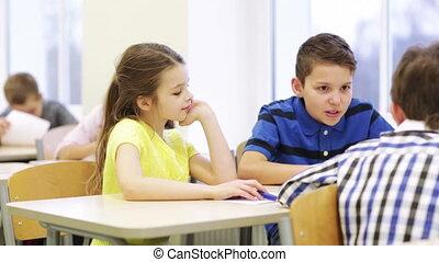 étudiants, conversation, école, groupe, papiers