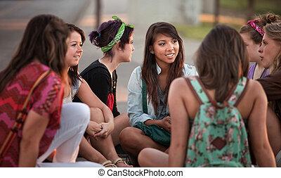 étudiants, conversation, femme, dehors