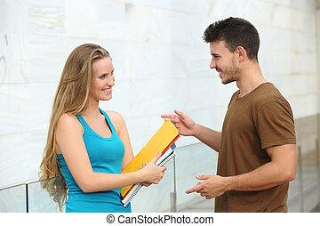 étudiants, conversation, heureux, extérieur