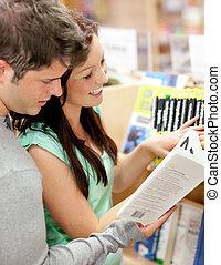 étudiants, couple, beau, livre lecture