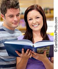 étudiants, couple, livre lecture, clair