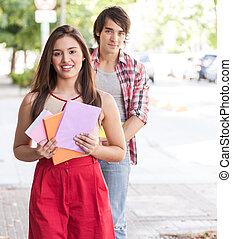 étudiants, couple, livres, jeune, tenue