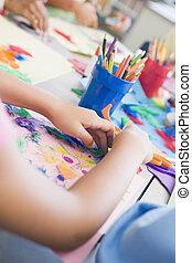 étudiants, dans, classe art, concentrer, sur, mains, (selective, focus)