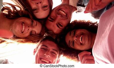 étudiants, debout, heureux, cercle