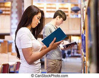 étudiants, debout, quoique, livre lecture, haut, jeune