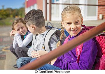 étudiants, dehors, école, debout, ensemble