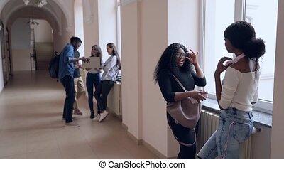 étudiants, deux, conversation, groupes, vue côté
