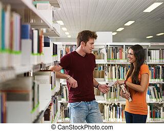 étudiants, flirter, dans, bibliothèque