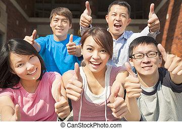 étudiants, heureux, groupe, haut, pouces