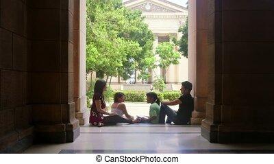 étudiants, heureux, groupe, université
