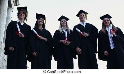 étudiants, lancement, leur, chapeaux, haut, gradué