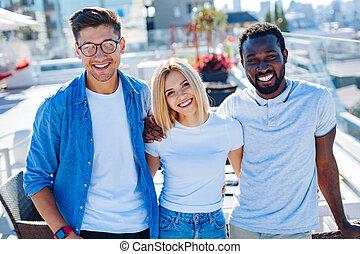 étudiants, multiculturel, sourire, appareil photo, groupe