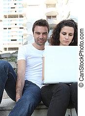 étudiants, ordinateur portable, assis