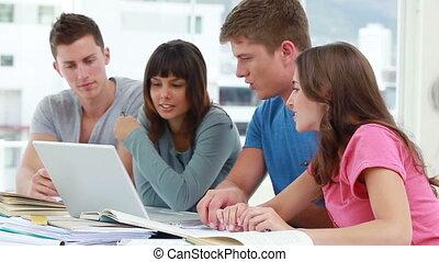 étudiants, ordinateur portable, ensemble, fonctionnement, heureux