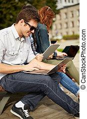 étudiants, ordinateurs portables, ados, ou