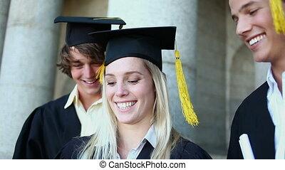 étudiants, photographier, sourire, eux-mêmes, gradué