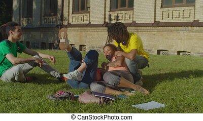étudiants, plaisanterie, femme, camarades classe, dehors, mâle