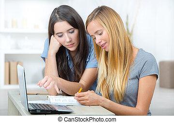 étudiants, portable utilisation, deux, femme