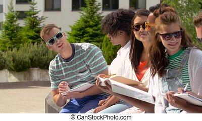 étudiants, portables, groupe, campus, heureux
