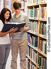 étudiants, portrait, livre lecture, heureux