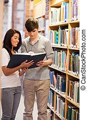 étudiants, portrait, livre lecture, sourire