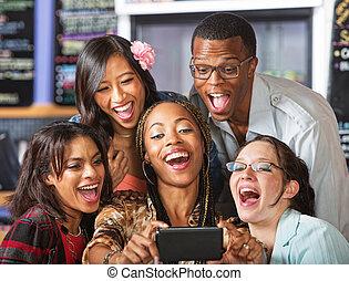 étudiants, smartphone, rire, tenue