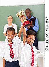 étudiants, trophée, tenue