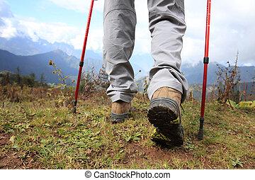 éxito, excursionismo, piernas, en, pico de la montaña