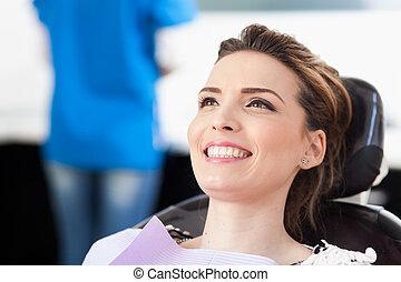 être, femme, patient, attente, haut, dentiste, vérifié