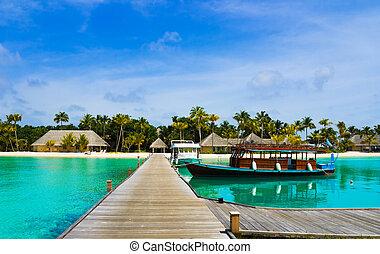 île tropicale, bateau amarré