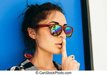 óculos de sol, mostrar, sinal., menina bonita, silêncio