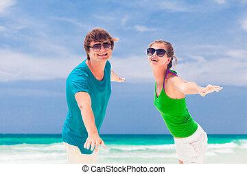 óculos de sol, par, jovem, retrato, sorrindo, praia, feliz