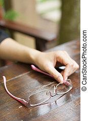 óculos, mão., mulher