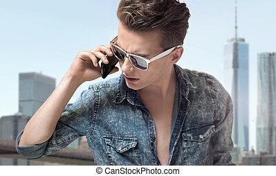 óculos sol cansativo, jovem, elegante, bonito, homem