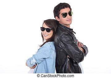 óculos sol cansativo, par, jovem, trendy, roupa