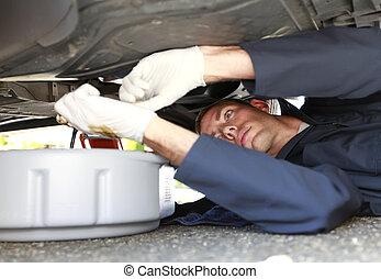 óleo, car, deitando, vehicle., sob, mudança, homem