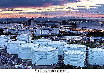 óleo gás, refinaria, tanques, em, crepúsculo