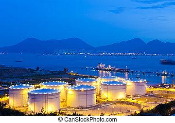 óleo, tanques, à noite