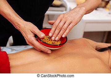 óleo, tigela, imergindo, mão, mestre, massagem, atento, especiais