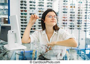óptico, marco, chooses, hembra, consumidor, anteojos