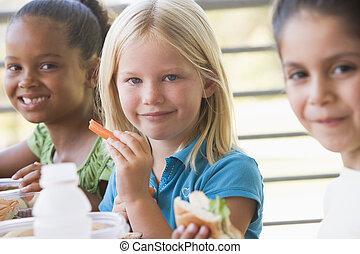 óvoda, gyermekek eszik, ebédel