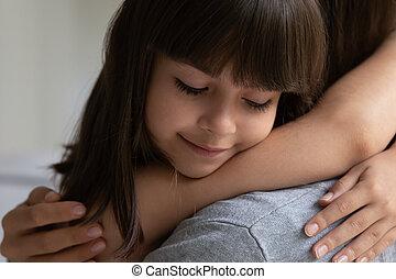 ögonblick, litet, förtjusande, familj, mother., anbud, dotter, le, avnjut