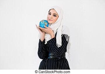 ökológia, nő, kevés, bolygó, globe., utazás, ölelgetés, földdel feltölt, hijab, megment, törődik, földdel feltölt, meglehetősen, fiatal, concept.