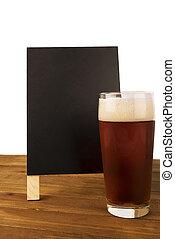 öl glas, och, blackboard, benägen, på, trä tabell, isolerat, vita, bakgrund.