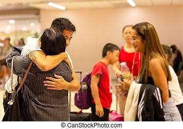 ölelgetés, fiatal, ár, család, fiú, vidám mosolyog, anya, ...